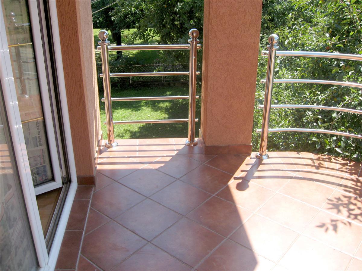 Adaptiranje spratne terase sa akrilnim stubovima i ogradom