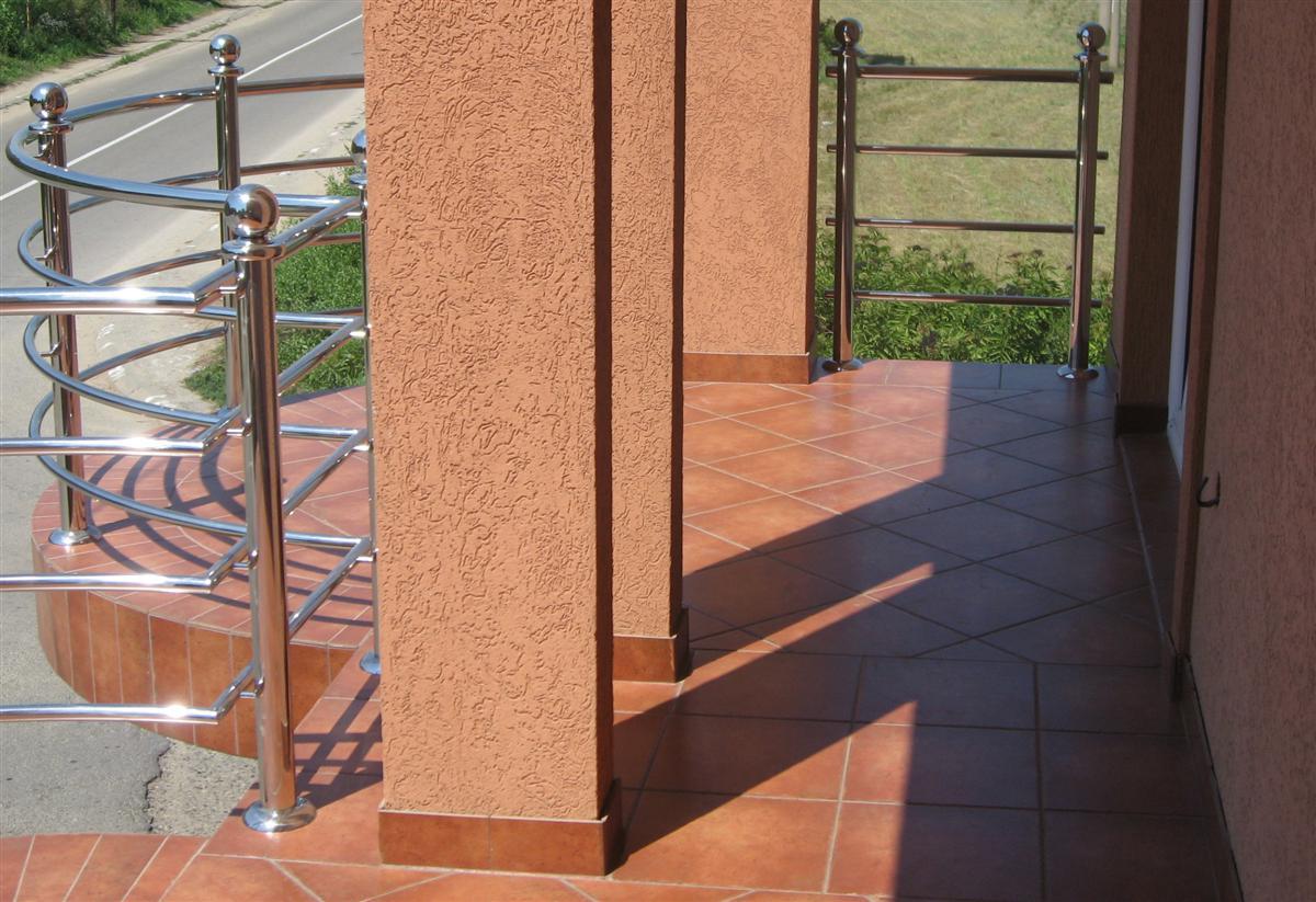 Adaptacije spoljne terase sa akrilnim stubovima i ogradom